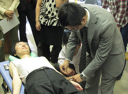 実技を交え刺鍼法を解説する李楊氏